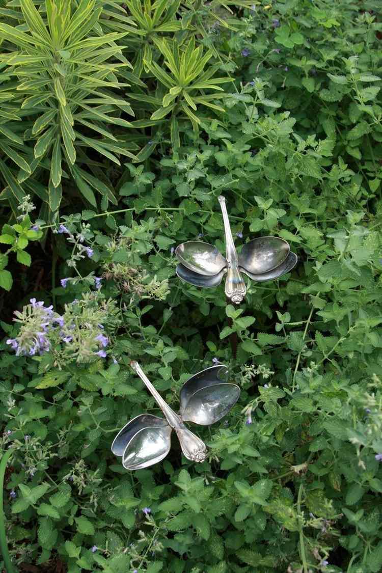 садовые украшения из старых вещей10