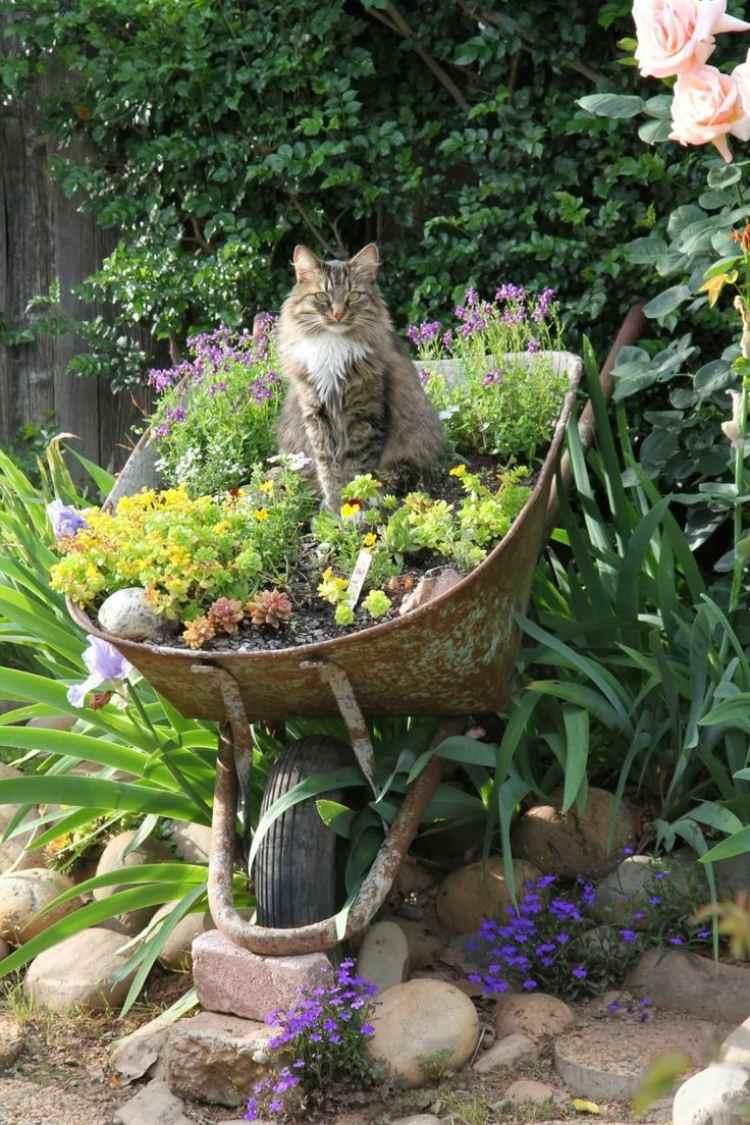 садовые украшения из старых вещей8